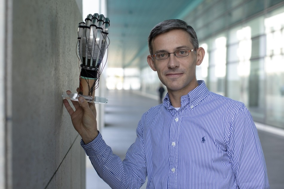Ultra-Light Gloves Allow Users to Touch, Grasp and Work on Virtual Objects